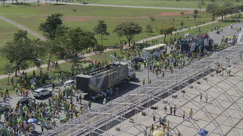 BRASÍLIA, 10h35: Grupo segue em direção ao Congresso Nacional — Foto: Reprodução/TV Globo