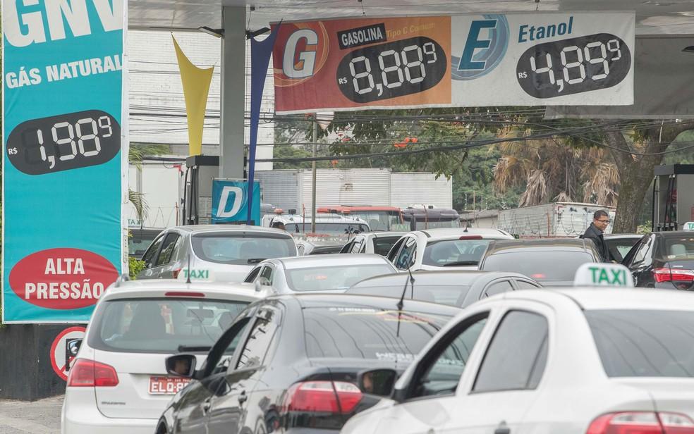Fila de carros para abastecer em posto de combustível na Avenida Engenheiro Caetano Álvares, no bairro do Limão, na zona norte de São Paulo, que vende etanol a R$ 4,89 reais o litro (Foto: Daniel Teixeira/Estadão Conteúdo)