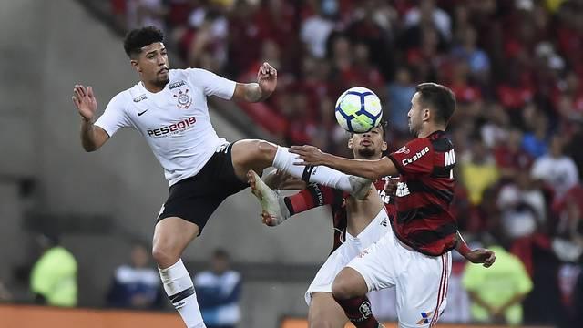 Douglas e Everton Ribeiro, em disputa de bola