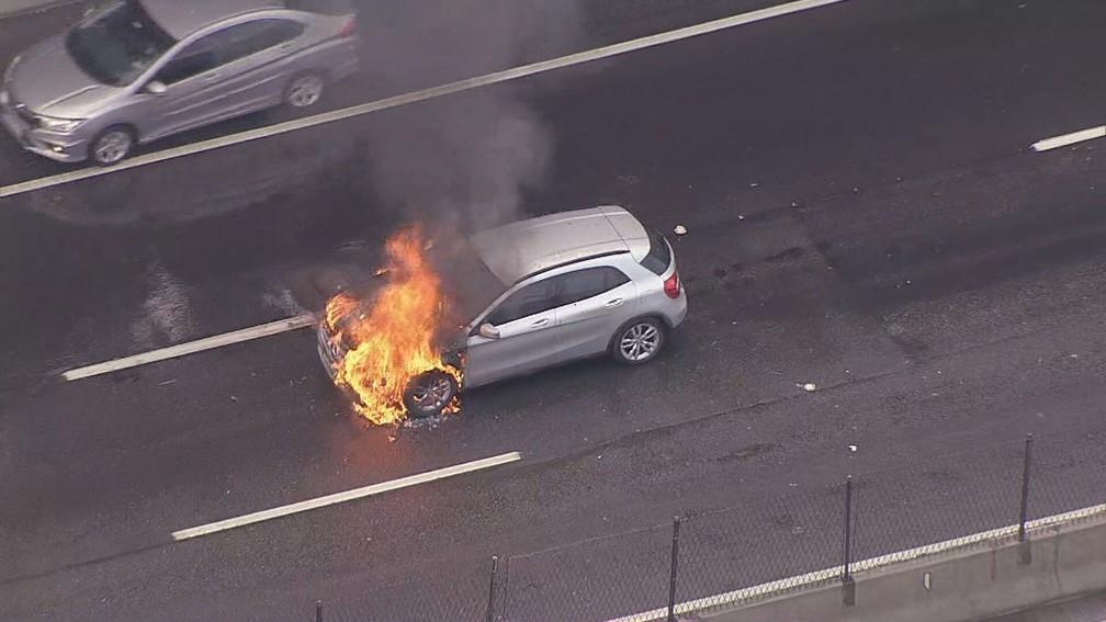 Carro pega fogo na Linha Amarela e interdita o trânsito no sentido Fundão na manhã desta quarta-feira (1) — Foto: Reprodução