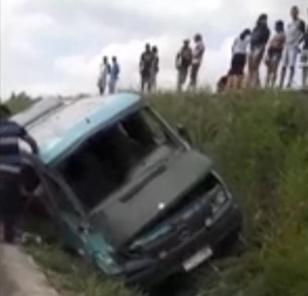 Van caiu em uma vala do canteiro central da BR-101 Sul, em Ribeirão, na Zona da Mata de Pernambuco (Foto: Reprodução/Whatsapp)