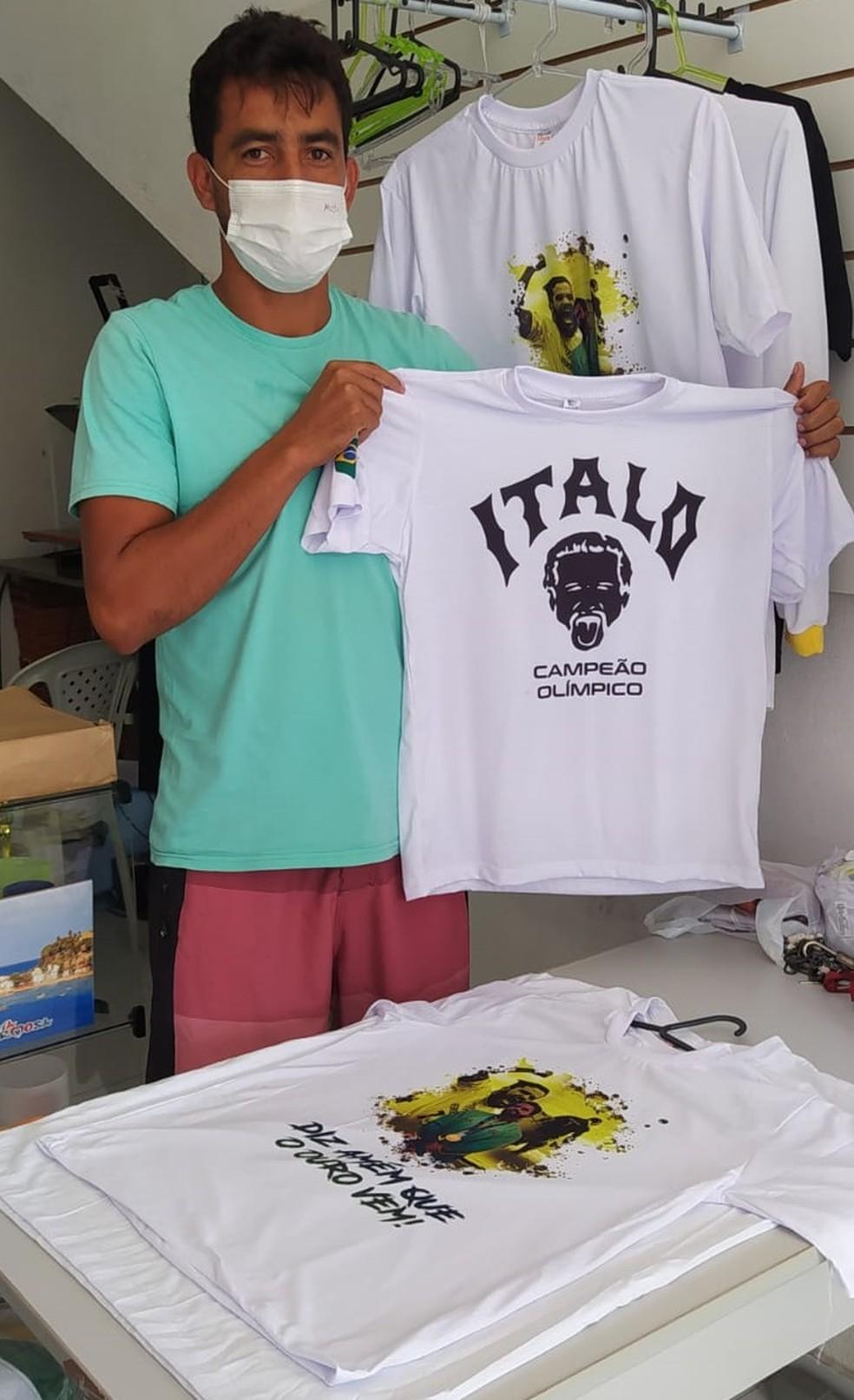 Rafael Alves é vendedor em Baía Formosa, no Rio Grande do Norte. Ele vende camisas de Ítalo Ferreira — Foto: Fernanda Zauli/G1
