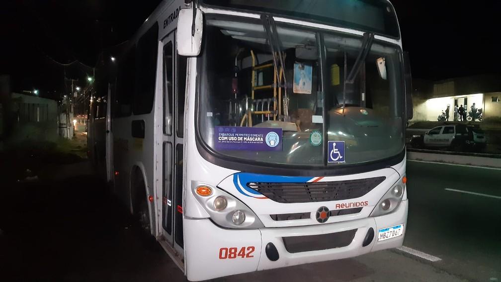 Ônibus assaltado em Natal — Foto: Sérgio Henrique Santos/Inter TV Cabugi