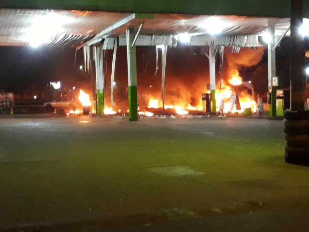 Fogo no posto de combustíveis, em Vicentina (Foto: Corpo de Bombeiros/ Divulgação)