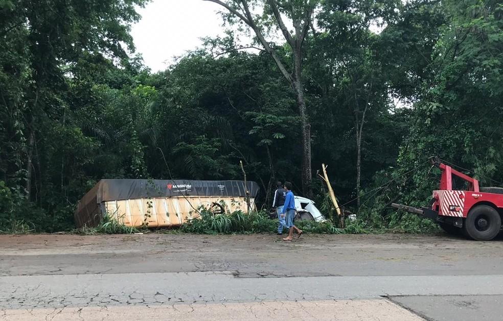 Caminhão saiu da pista e caiu no barranco — Foto: Nayana Bricat/TVCA