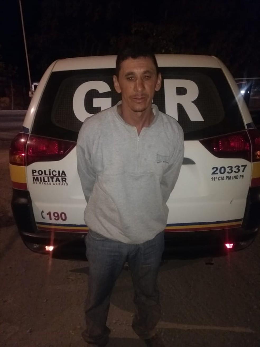 Homem foi preso enquanto seguia com a mulher e o filho para Bocaiuva — Foto: Polícia Militar/Divulgação