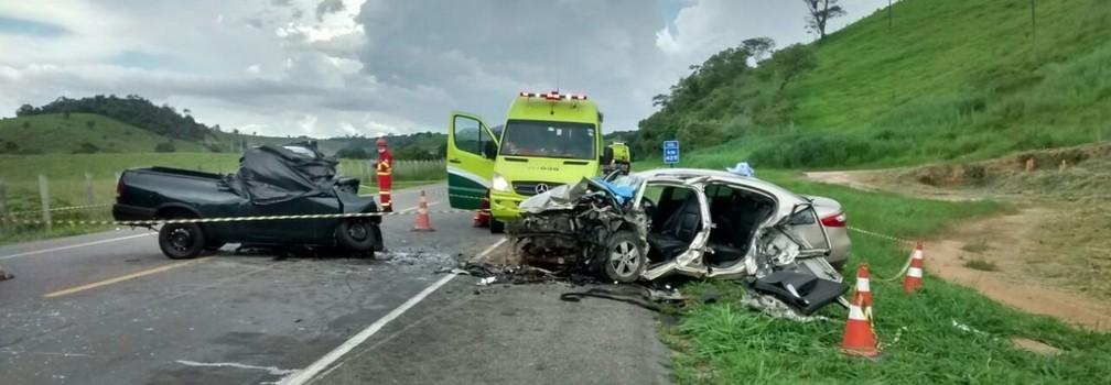 Acidente entre carros na BR-101, em Atílio Vivácqua (Foto: Anna Paula Bonato/ TV Gazeta)