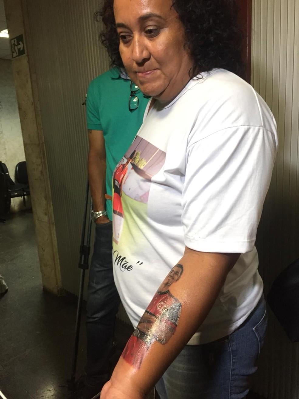 Mãe de Arthur faz uma tatuagem em homenagem ao filho no braço — Foto: Raphael Zarko