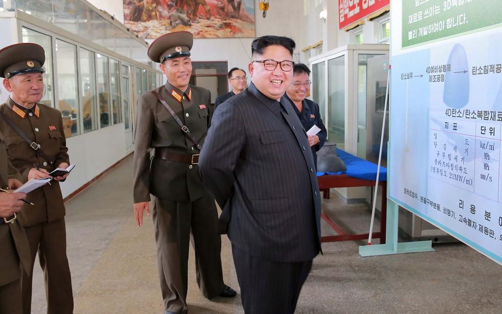 O líder da Coreia do Norte, Kim Jong-Un, sorri durante visita ao Instituto de Materiais Químicos da Academia de Ciência Militar, em Pyongyang, em foto divulgada pela Agência Central de Notícias Norte Coreana na quarta (23) (Foto: KCNA/via Reuters)