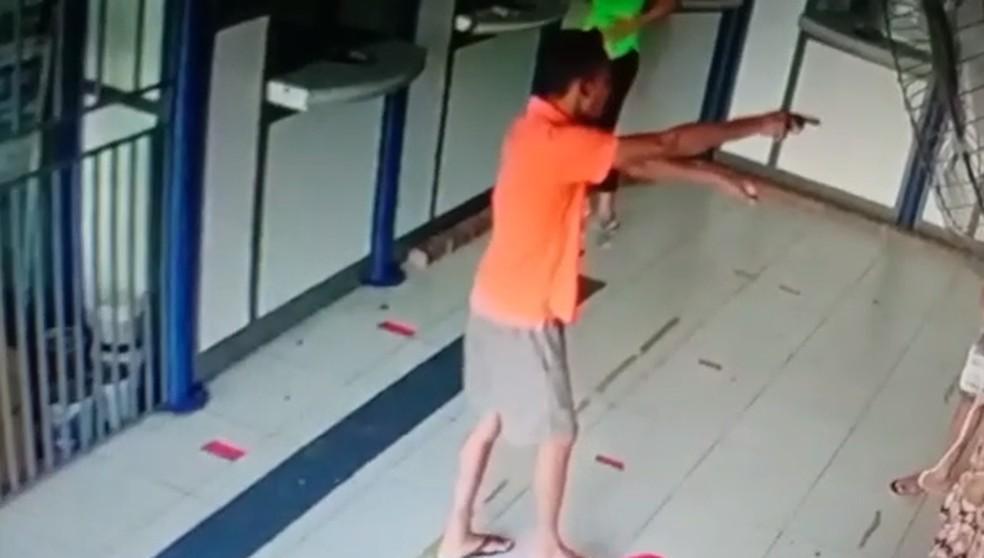 Assaltante apontou arma de fogo para cliente em lotérica no interior do Ceará. — Foto: Reprodução