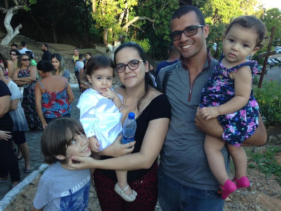 Leiliane Oliveira reuniu a família para prestigiar Nossa Senhora Aparecida (Foto: Natália Normande/G1)