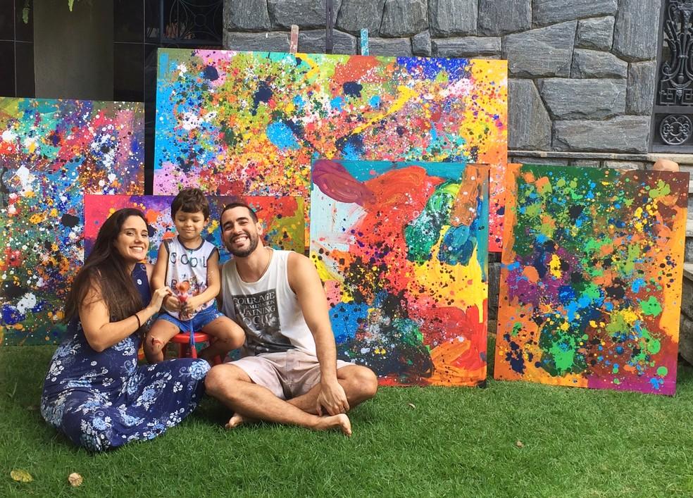 Maria Eduarda, Mateus e Milton Rosa juntos na casa onde moram, em Campina Grande — Foto: Érica Ribeiro/G1