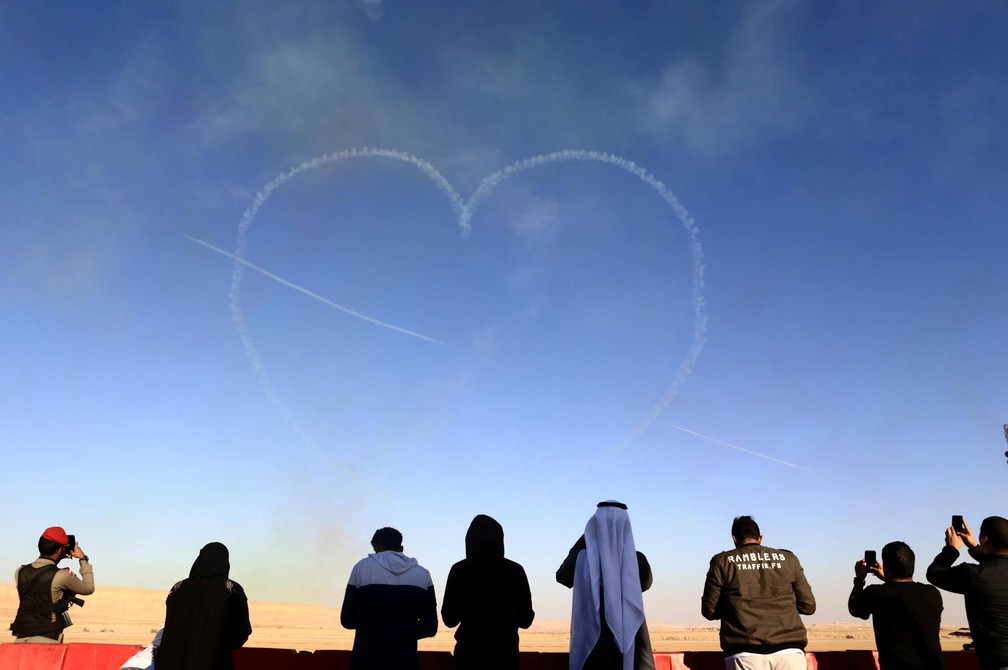 11 de janeiro - Público observa o desenho de um coração flechado feito por aviões durante show aéreo no Fórum Saudita de Aviação no Aeroporto de Thumamah, em Riyadh, na Arábia Saudita (Foto: Faisal al Nasser/AP)