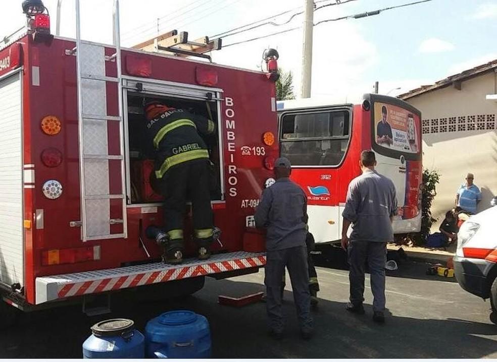 Homem é atropelado por ônibus da Suzantur e fica preso em São Carlos, SP (Foto: ACidadeON/São Carlos)
