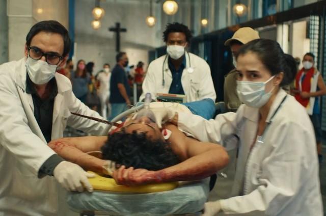 Julio Andrade, David Junior e Marjorie Estiano em cena de 'Sob pressão' (Foto: Globo)