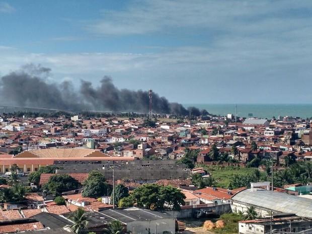 Foto mostra fumaça dos ônibus incendiados em Brasília Teimosa (Foto: Carla França)