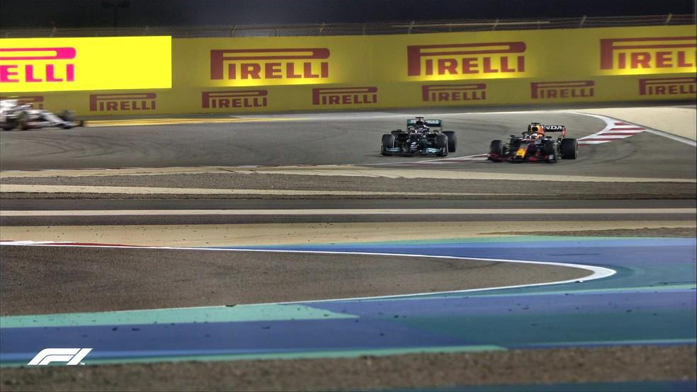 Verstappen ultrapassa Hamilton por fora dos limites de pista na curva 4 do circuito do Barein — Foto: Reprodução/FOM