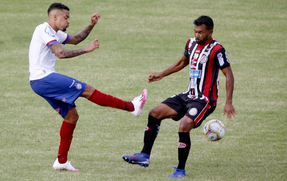 Gregore (esq.), em Bahia x Atlético-BA: volante só não recebeu cartões no Campeonato Baiano em 2020 — Foto: Felipe Oliveira/EC Bahia/Divulgação