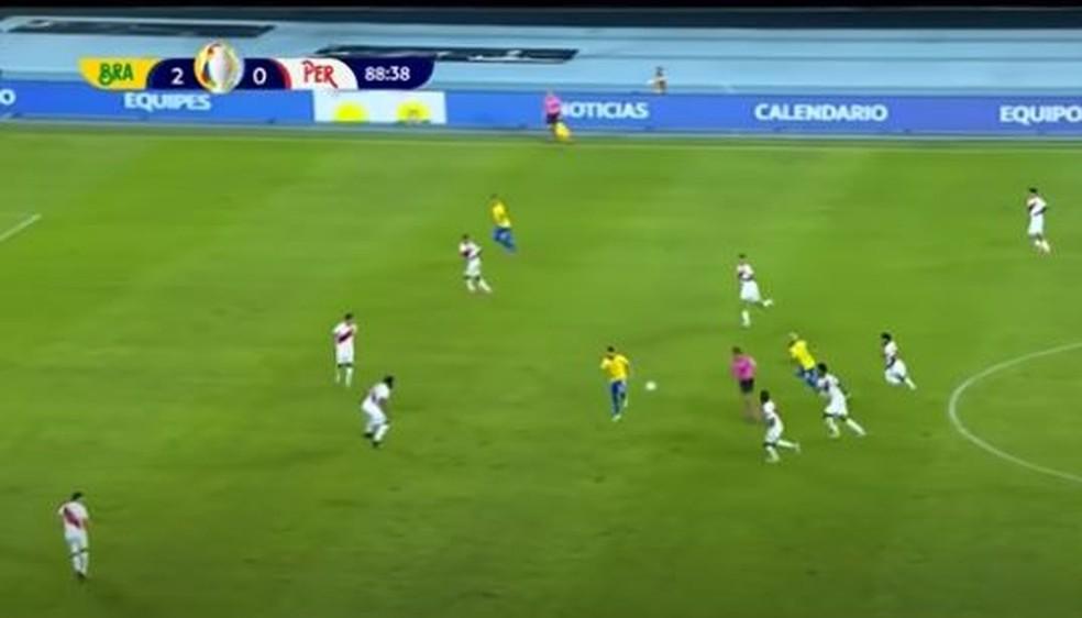 De costas, Ribeiro escora a bola para tabela com Neymar — Foto: Reprodução