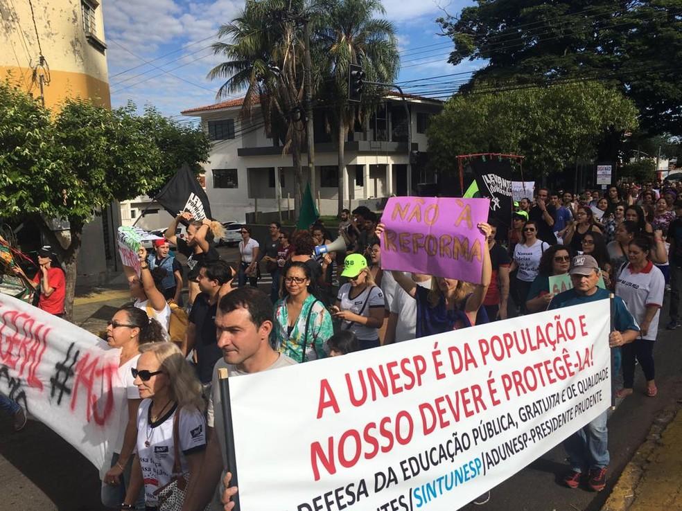 Passeata seguiu pela Avenida Manoel Goulart e encerrou na Praça Nove de Julho — Foto: Stephanie Fonseca/G1