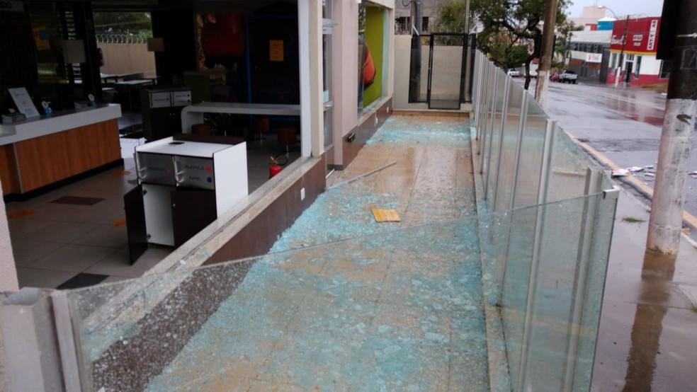 Uma, lanchonete na zona norte de Marília teve os vidros quebrados durante o temporal — Foto: Arquivo pessoal