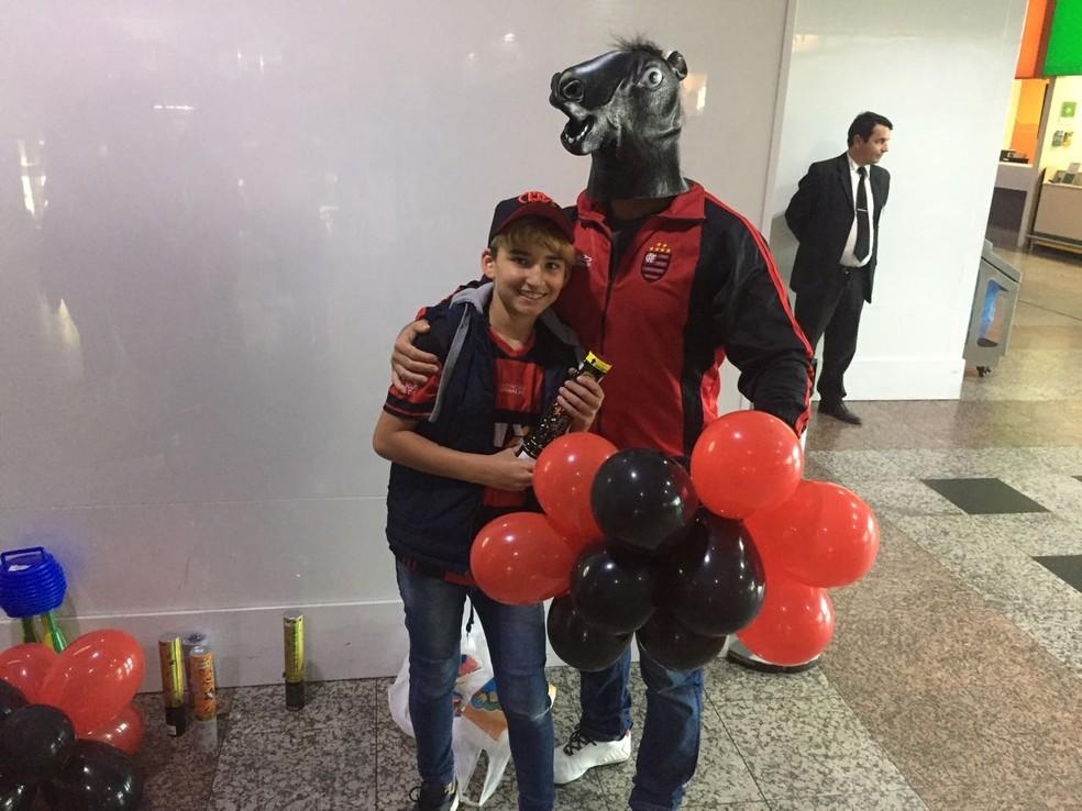 Torcedores animados no aeroporto: até um cavalinho do