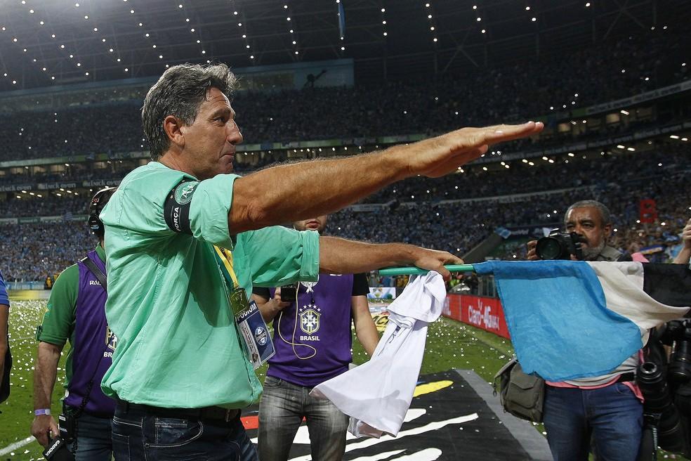 Renato Portaluppi festeja o penta da Copa do Brasil ao lado da torcida (Foto: Lucas Uebel/Grêmio)