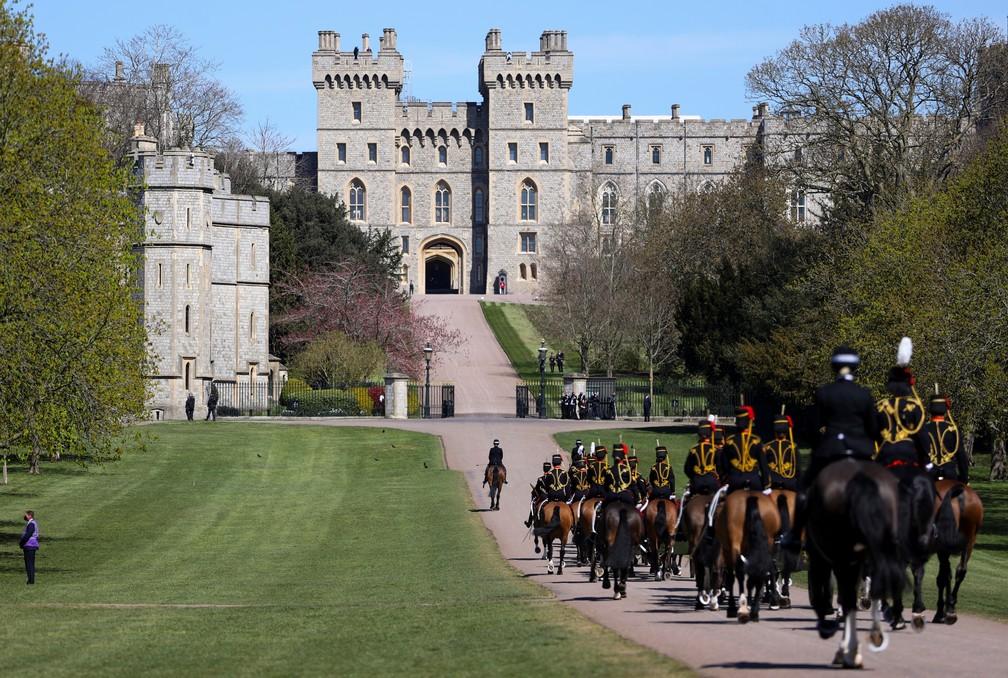 Membros da guarda real chegam ao Castelo de Windsor em 17 de abril de 2021 para o funeral de príncipe Philip — Foto: Molly Darlington/Reuters