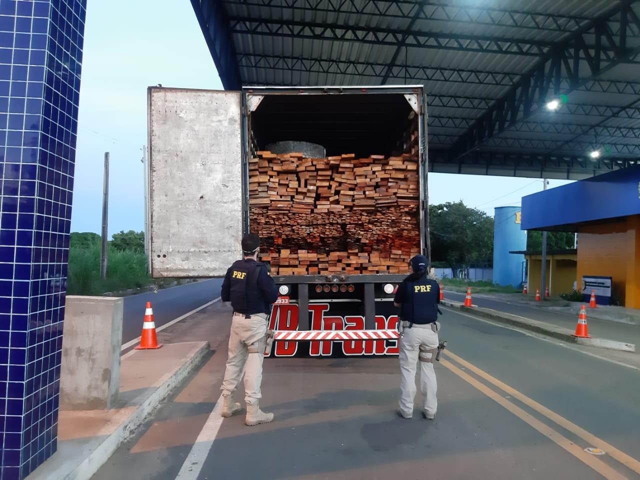 PRF apreende madeira ilegal na BR-230 em Floriano