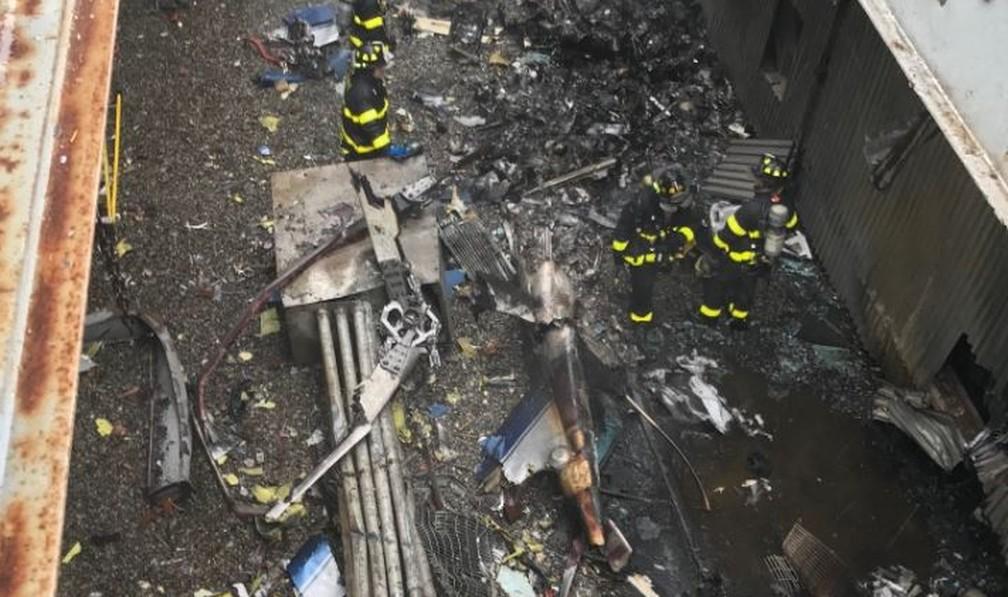Imagem divulgada pela polícia de Nova York mostram destroços do helicóptero que pegou fogo após tentar pouso em prédio — Foto: @nypd/Reprodução/Twitter
