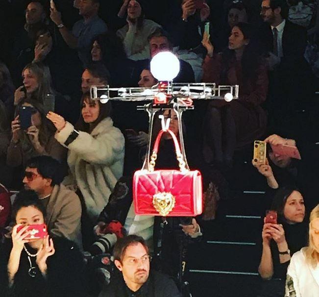 Drones desfilam coleção de bolsas da Dolce&Gabbana em Milão (Foto: Reprodução/Instagram)