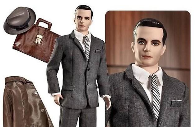 A trupe de 'Mad men' ganhou versões à la Barbie. Don Draper vem até com o sobretudo e a pasta de couro (Foto: Reprodução da internet)