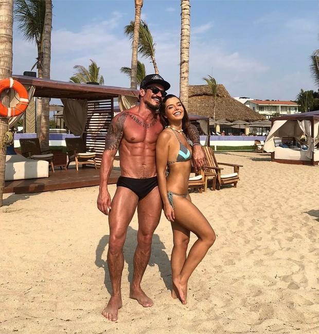 O beauty artist Lavoisier e a atriz Giovanna Lancellotti em praia mexicana (Foto: Reprodução/Instagram)