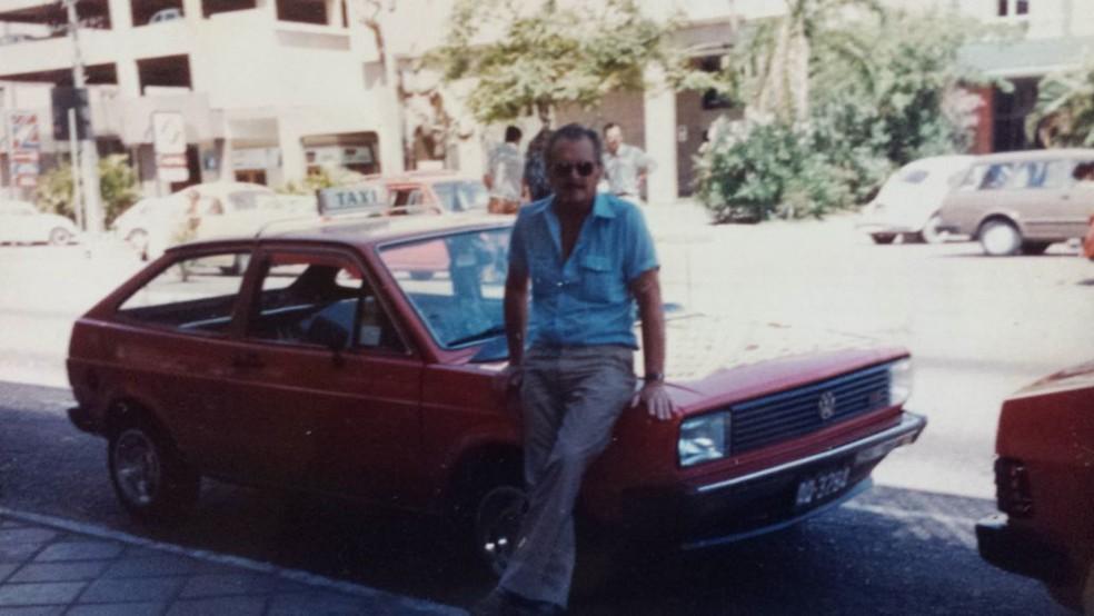 Seu Juvenal, já no ponto da Rodoviária de Porto Alegre, onde trabalha desde 1982, e onde comemorou seus 95 anos de vida junto dos colegas (Foto: Arquivo Pessoal )