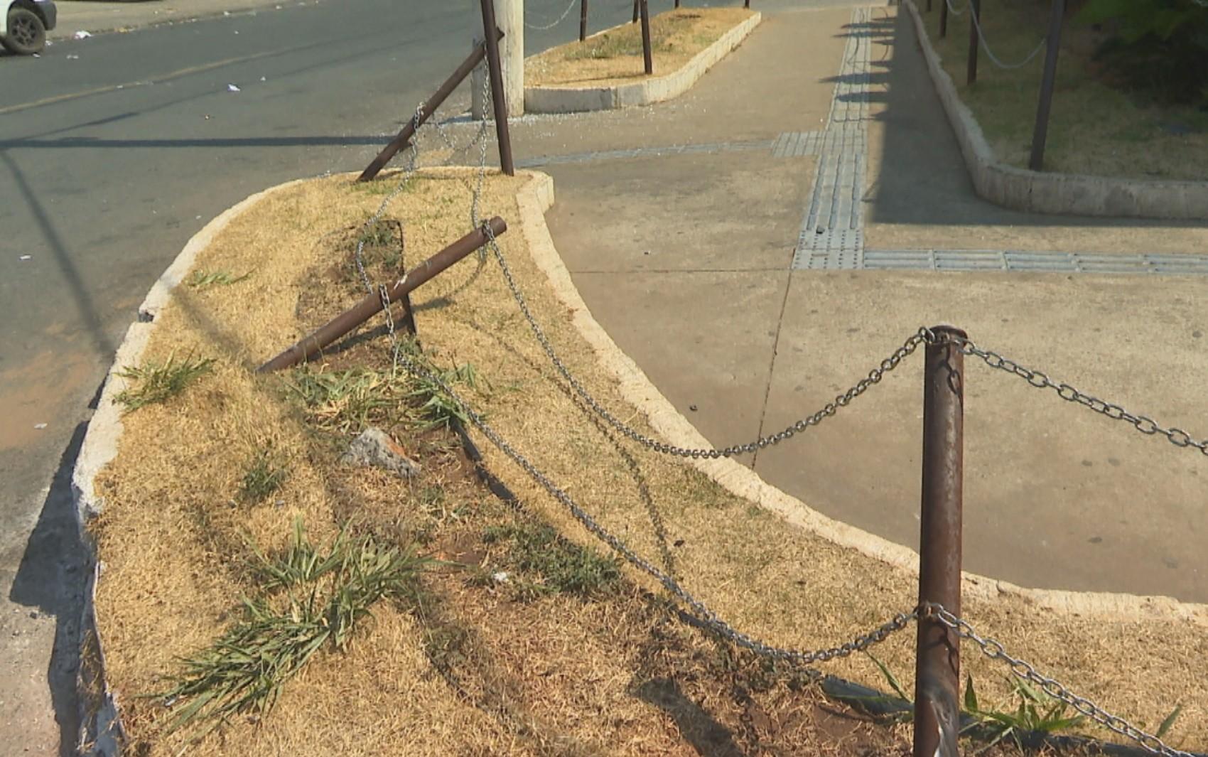 Homem suspeito de furtar ônibus é preso após bater veículo contra mureta, em Aparecida de Goiânia