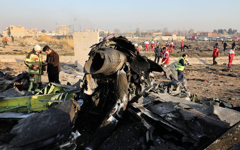 Autoridades trabalham em meio a destroços de avião que caiu em Shahedshahr, a sudoeste da capital Teerã, Irã, nesta quarta-feira (8) — Foto: AP Photo/Ebrahim Noroozi