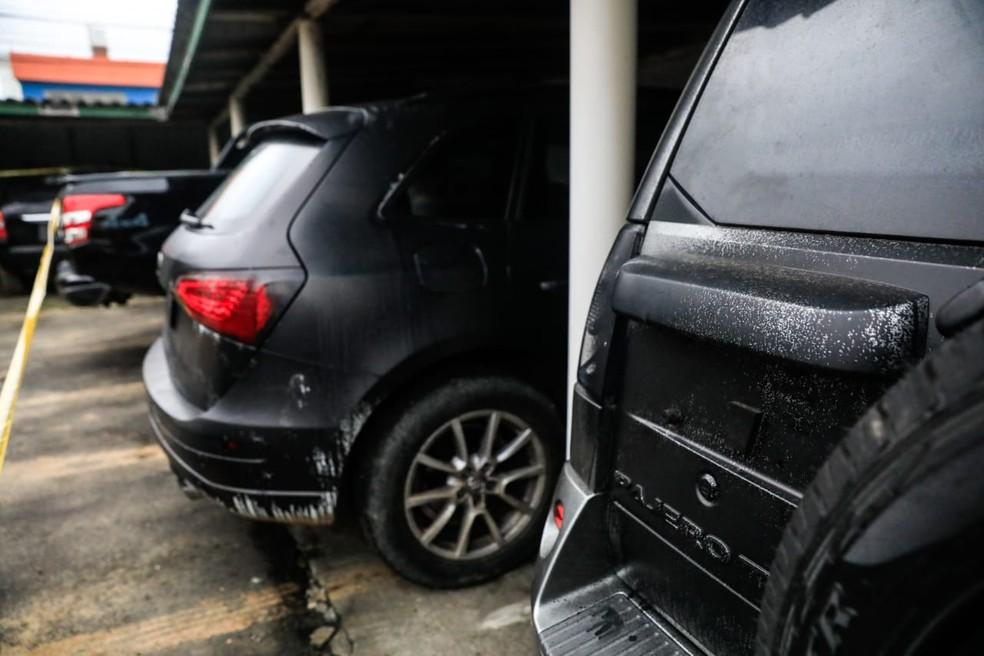 Carros apreendidos foram usados pelos criminosos para fuga após o assalto em Criciúma, segundo polícia — Foto: Diorgenes Pandini/NSC