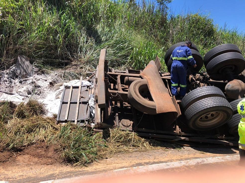 Caminhão de São Paulo tombou na manhã desta quarta-feira (9) em Santa Maria da Serra — Foto: Pedro Zacchi/TV TEM