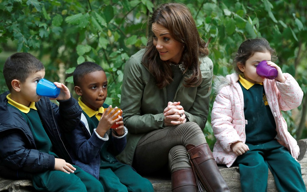 A duquesa de Cambridge, Kate Middleton, é vista com crianças durante visita à Escola Florestal Sayers Croft, em Londres. — Foto: Peter Nicholls/Pool/AFP