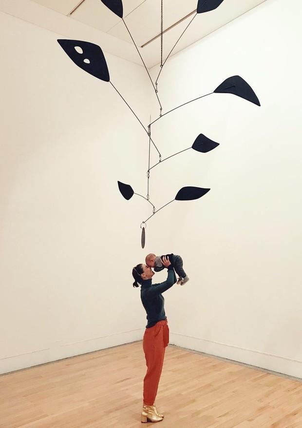 Monica Benini posa com Otto no museu (Foto: Reprodução/Instagram)