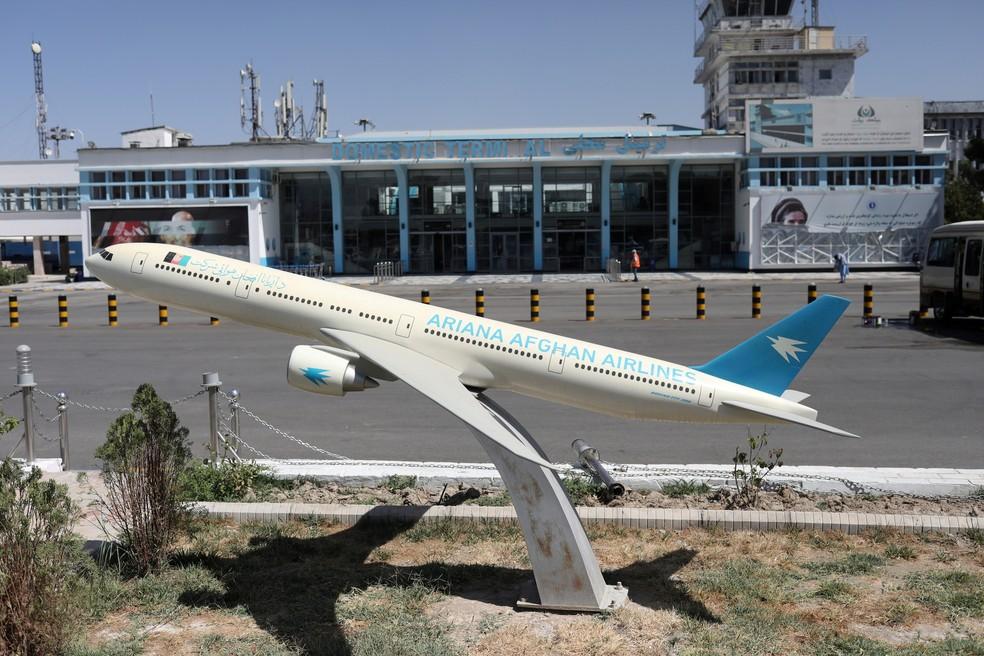 Modelo de avião da Ariana Afghan Airlines em frente ao aeroporto internacional de Cabul, capital do Afeganistão, em 5 de setembro de 2021 — Foto: WANA (West Asia News Agency) via Reuters