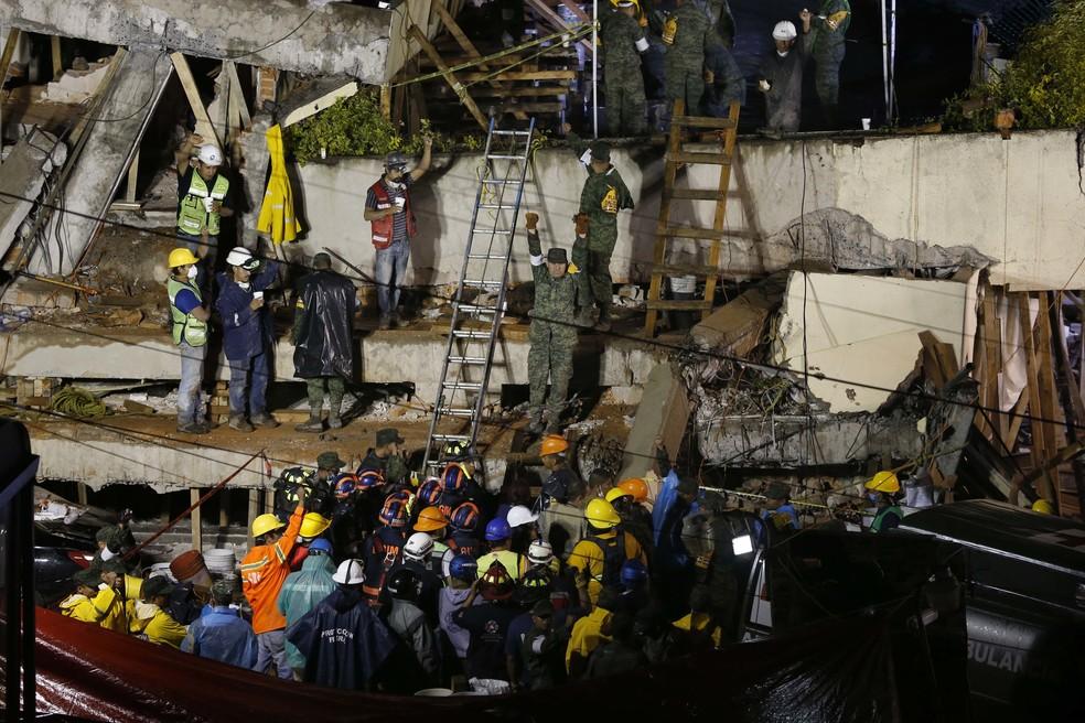 Equipes de resgate trabalham para encontrar sobreviventes na escola Enrique Rebsamen, que desabou após o terremoto no México (Foto: Marco Ugarte/AP Photo)