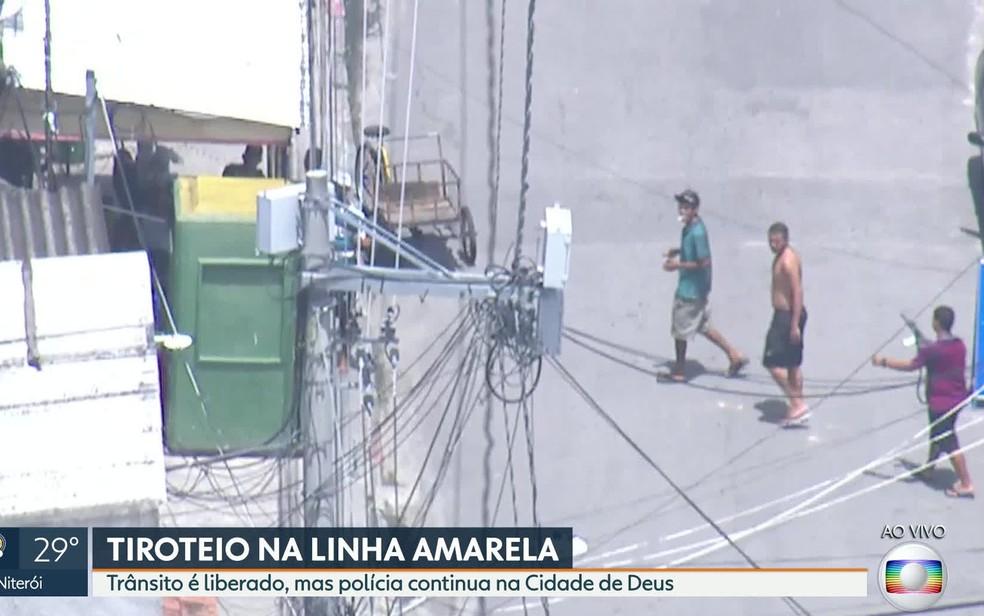 Globocop flagra homens armados circulando na Cidade de Deus (Foto: Reprodução/TV Globo)