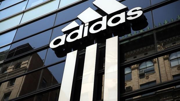 Logo da Adidas em prédio