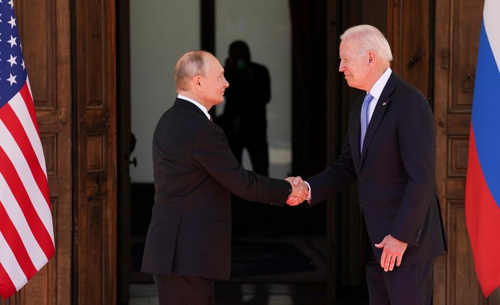 O presidente da Rússia, Vladimir Putin, e o presidente dos Estados Unidos, Joe Biden, se cumprimentam antes da reunião em Villa la Grange, em Genebra, na Suíça, em 16 de junho de 2021 — Foto: Kevin Lamarque/Reuters