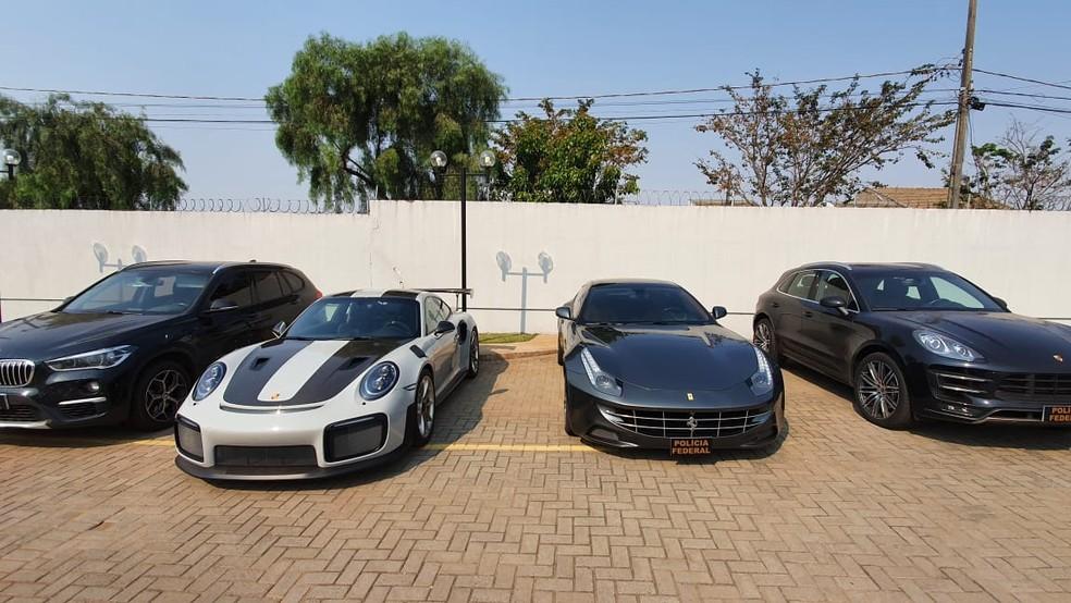 Veículos apreendidos valiam mais de R$ 2 milhões cada um, diz PF — Foto: RPC Maringá