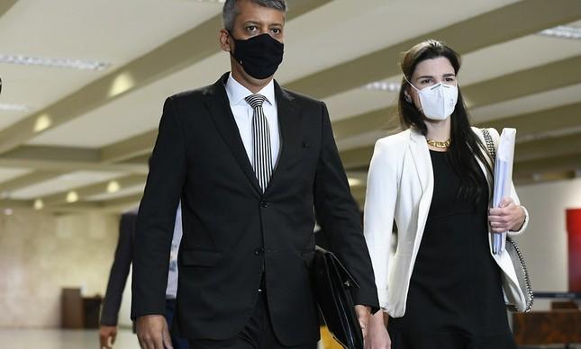 Roberto Dias e a advogada Maria Jamile José chegam para depoimento na CPI da Covid