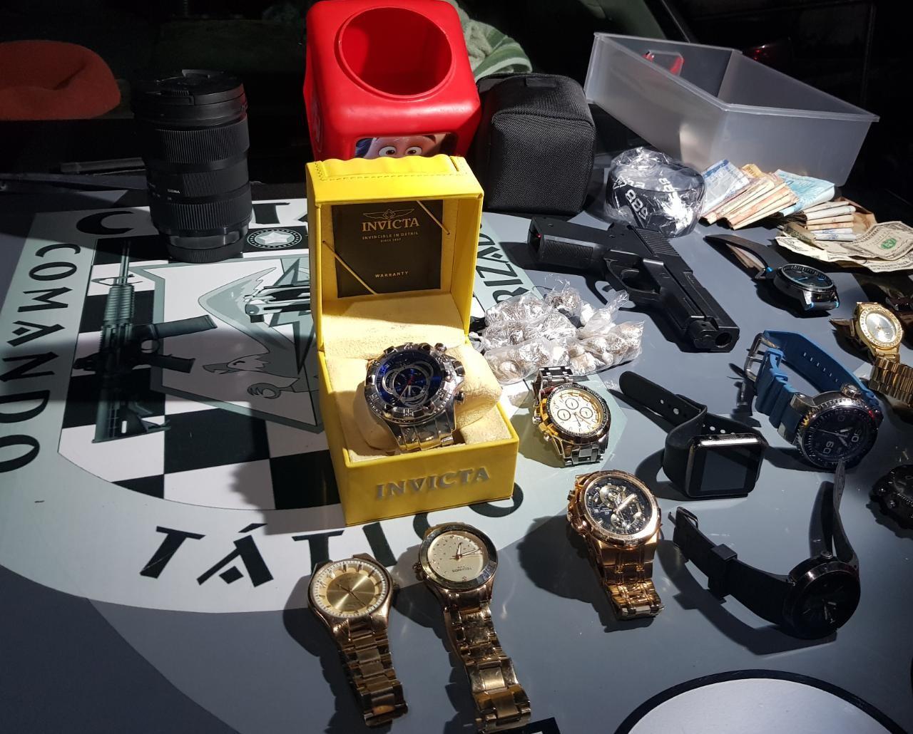 Relógios, dólar e pneu importado são apreendidos e suspeito de tráfico é preso, em Fortaleza