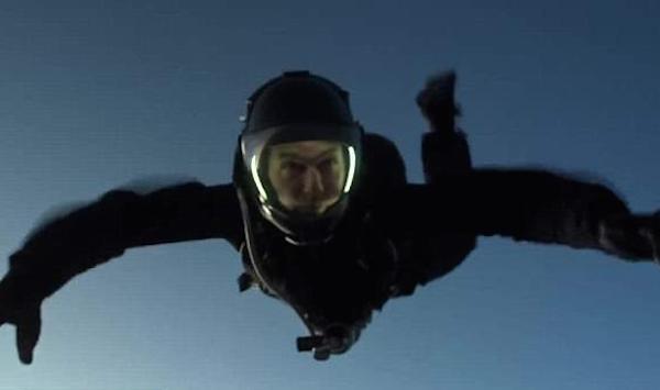 O ator Tom Cruise durante seu salto recorde a mais de 7 mil metros (Foto: Reprodução)