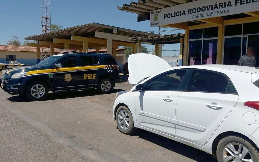 Homem foi flagrado com carro roubado e alegou ter comprado veículo em site de classificados (Foto: PRF/ Divulgação)
